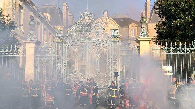 photo des pompiers en grève ont manifesté devant la préfecture de bretagne, ce jeudi 5 décembre. certains ont pénétré dans les lieux. © ouest-france