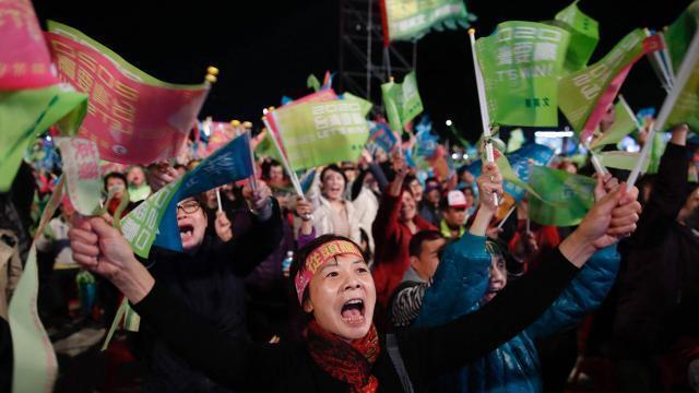 photo des partisans de la présidente sortante tsai ing-wen en meeting dans la ville de keelung le 9 janvier. © epa/maxppp
