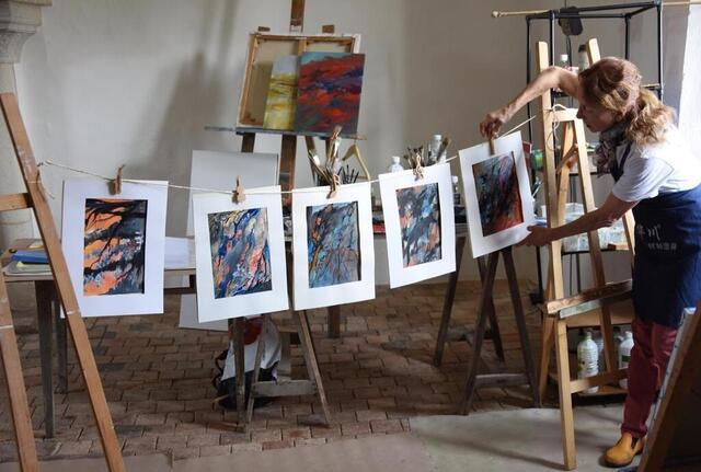 photo michèle gosnet-frassetto présente des œuvres sur papier cartonné. © crédit: frassetto-gosnet