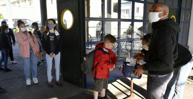 photo au collège de kerentrech (340élèves en temps normal), l'accueil des 71élèves de 6e et 5e c'est avec gel et masque fournis pour tous. les élèves doivent enlever leur masque personnel.