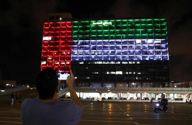 photo la mairie de tel aviv, en israël, aux couleurs du drapeau des émirats arabes unis, le 13 août 2020. © ammar awad / reuters