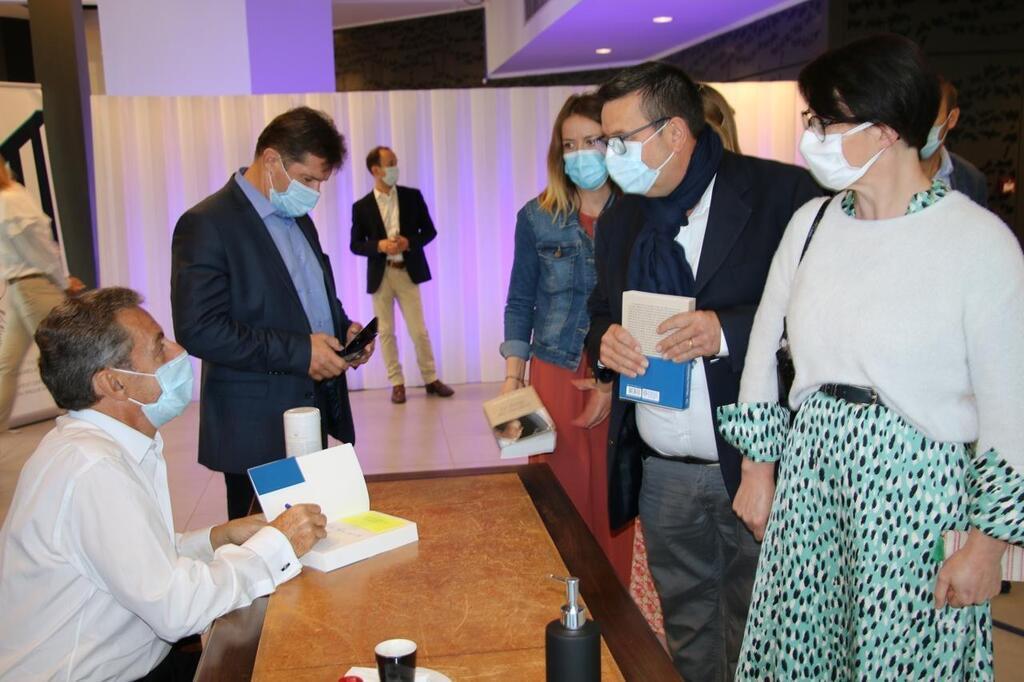 La Baule Nicolas Sarkozy Dedicace A Tour De Bras Nantes Maville Com