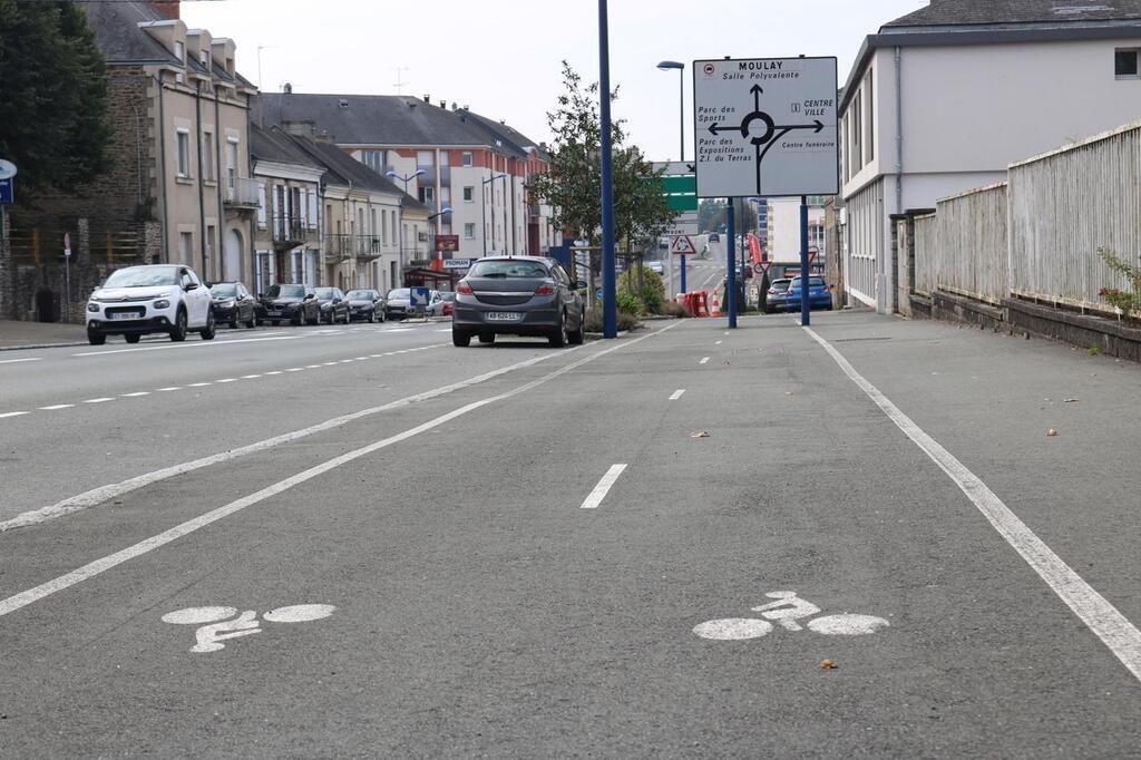 Velo A Mayenne Au Milieu De La Piste Cyclable Des Poteaux Laval Maville Com