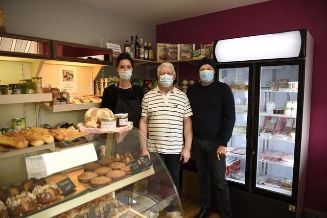 photo laurent laffray, au centre, boulanger soutenu par les conseillers municipaux dans sa création d'épicerie. © le maine libre
