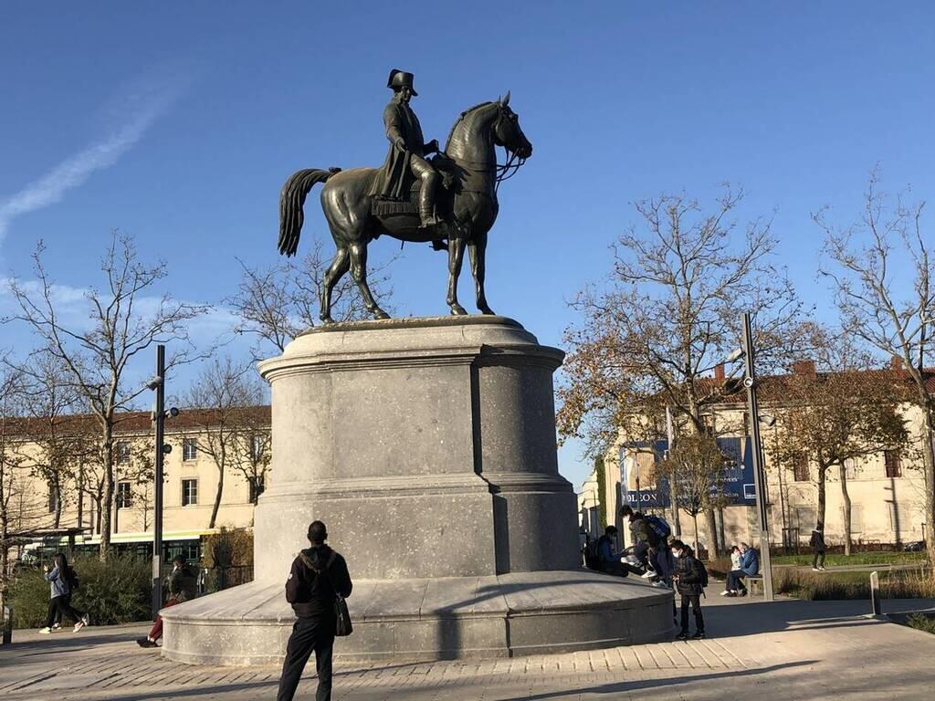 La Roche-sur-Yon. Restaurée, la statue de la place Napoléon est de nouveau  visible - La Roche sur Yon.maville.com