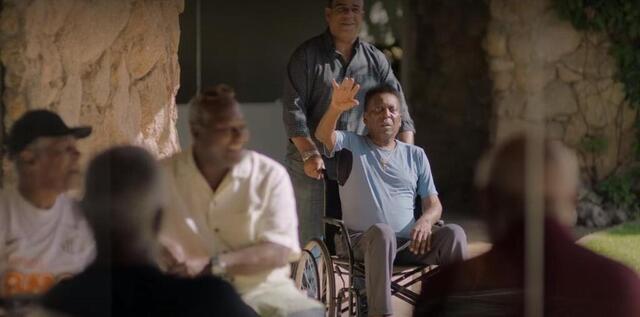 A foto é retirada, quando ele se junta aos santistas e aos amigos pelo resto da vida.  Uma cena atraente do documentário.  © netflix screenshot
