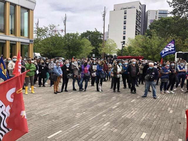 photo environ 300agents territoriaux se sont rassemblés à midi devant le bâtiment de rennes métropole.  ©  ouest-france