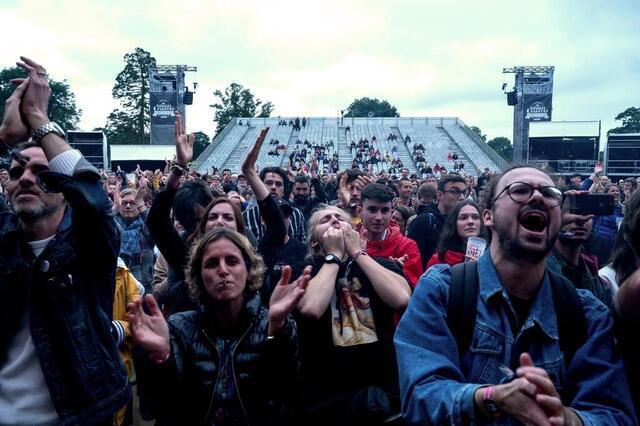 Los asistentes al festival fotográfico animan al último tren en el festival de arados viejos de 2021 © lucie weeger / ouest-france