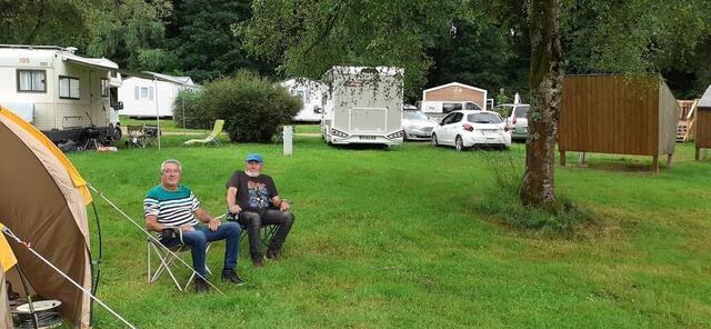 foto jean-marie carré y andré le roux aprovechan la tranquilidad del camping municipal del valle de hyères en carhaix, generalmente animado durante la fiesta de los arados viejos.  © oeste-francia
