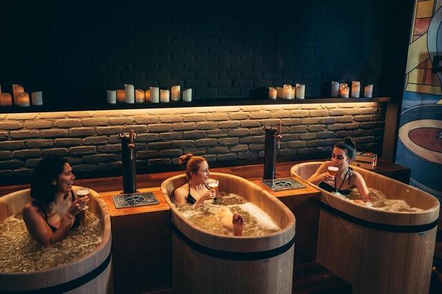 foto el spa bath & barley en bruselas ofrece un momento de relajación mientras disfruta de los beneficios del lúpulo, dentro del baño.  © foto: captura de / bath & cebada