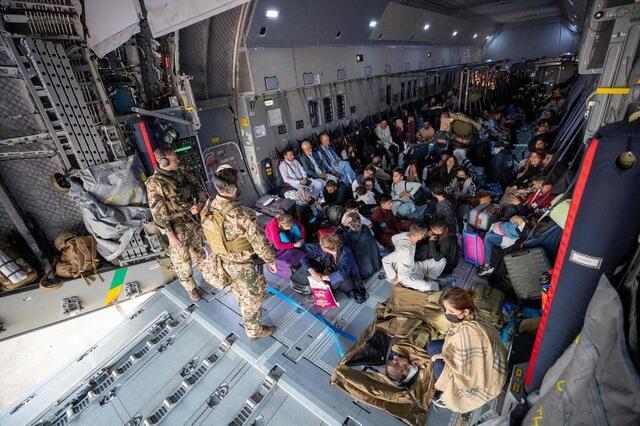 photo Αρκετές δυτικές χώρες δημιούργησαν αεροπορικές εταιρείες για να φέρουν πίσω τους πολίτες τους και μερικούς Αφγανούς που συνεργάστηκαν με τον συνασπισμό.  Εδώ, ένα γερμανικό αεροπλάνο, 17 Αυγούστου 2021 © afp